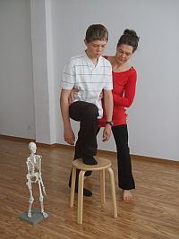 Gewichtsübertragung vorwärts aus der Länge der ganzen Wirbelsäule, z.B. beim Treppensteigen hilfreich